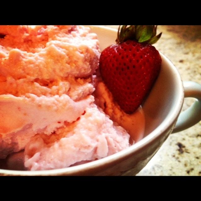 Healthy Strawberry Frozen Yogurt from Lauren Kelly Nutrition