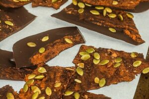 This 4 ingredient Pumpkin Dark Chocolate Bark is the perfect healthy, sweet and salty treat! www.laurenkellynutrition.com