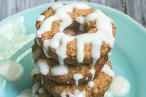 These Baked Applesauce Doughnuts are made healthier with less sugar and Greek yogurt and baked to perfection! www.laurenkellynutrition.com