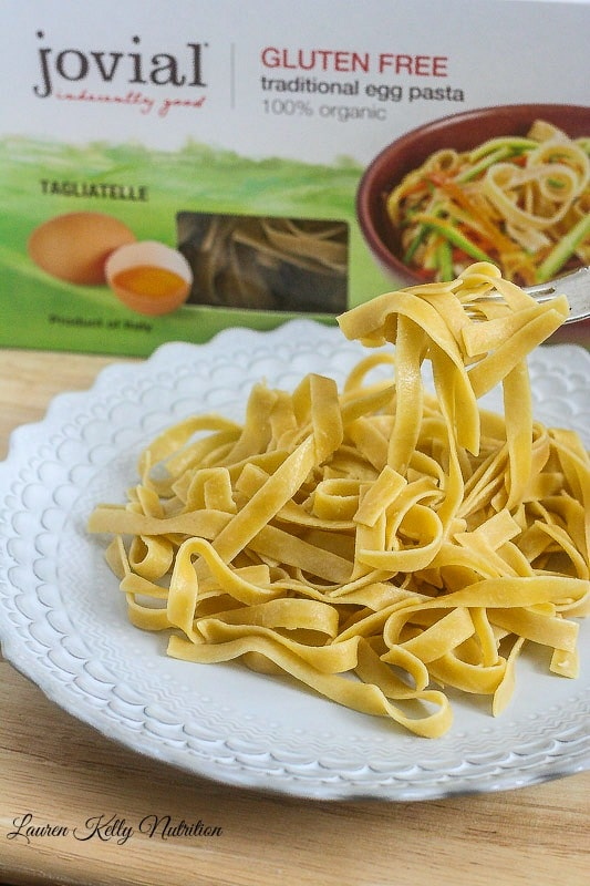 This Healthy Pasta Primavera from Lauren Kelly Nutrition has no cream in it and is packed with vegetables! #glutenfree @jovialfoods