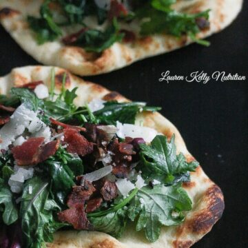 This Kale Bacon Manchego Pizza is delicious, healthy and simple to make! @earthboundfarm www.laurenkellynutrition.com