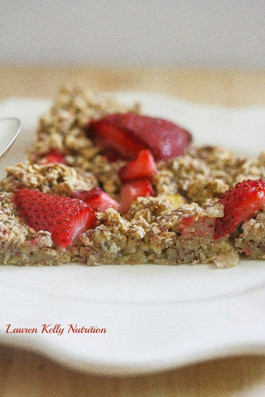 This Strawberry Banana Baked Oatmeal is perfect for those hectic school day mornings! From Lauren Kelly Nutrition #vegan #glutenfree