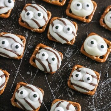These Googly Eye Pretzel Kisses are so simple to make and really fun! www.laurenkellynutrition.com