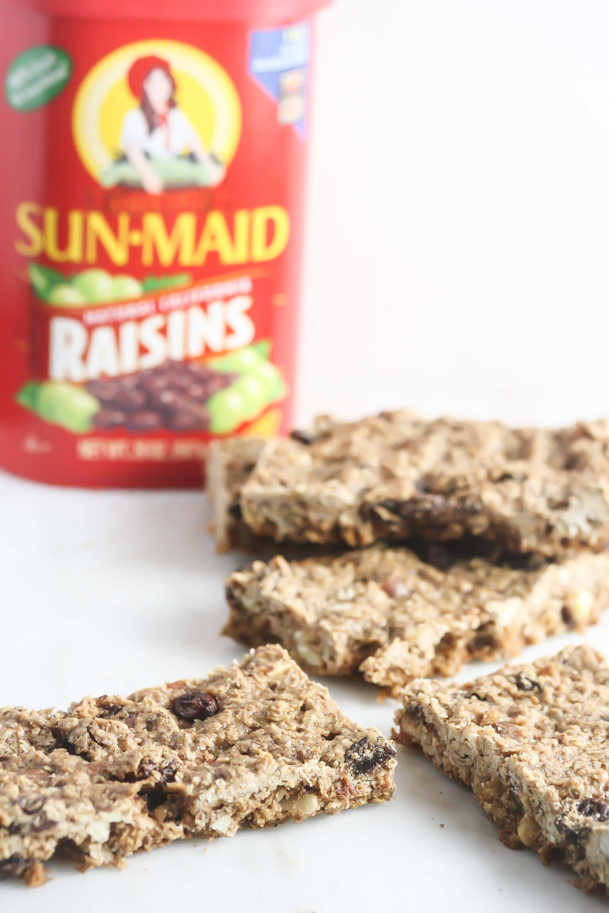 These Almond Oatmeal Raisin Bars are the perfect healthy snack for kids and adults! #glutenfree www.laurenkellynutrition.com