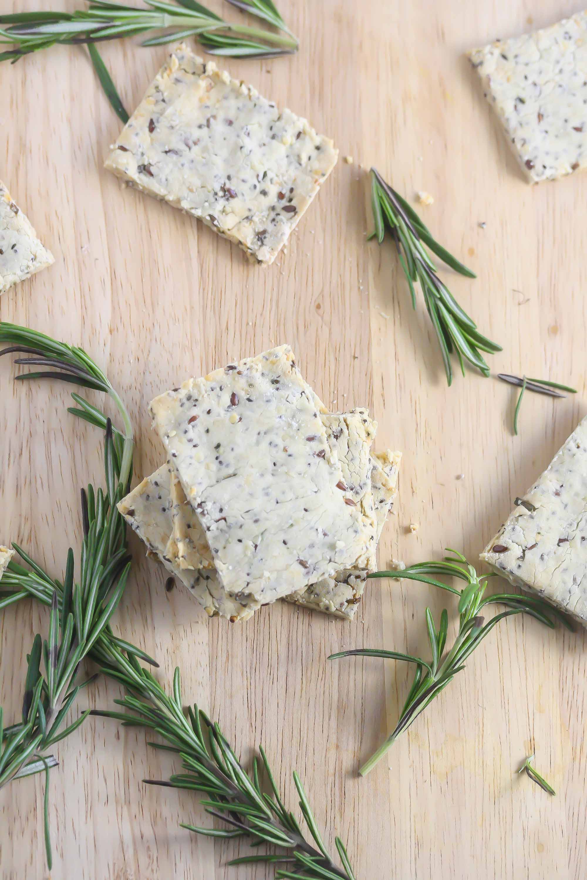 These Gluten-Free Rosemary Super Seed Crackers are healthy and delicious! www.laurenkellynutrition.com