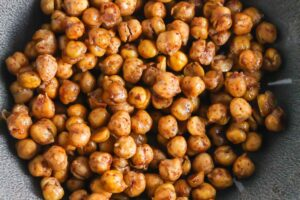 Sweet and Spicy Roasted Chickpeas from Lauren Kelly Nutrition #vegan #glutenfree #dairyfree