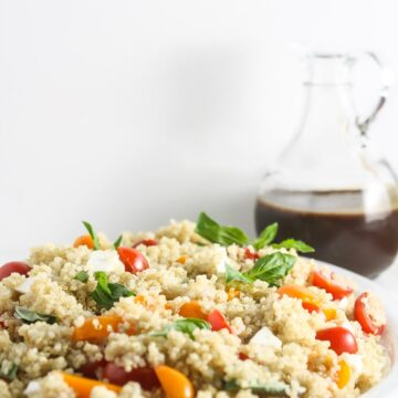 This Caprese Quinoa Salad is simple to make, healthy and delicious. Even carnivores will love this vegan salad. www.laurenkellynutrition.com